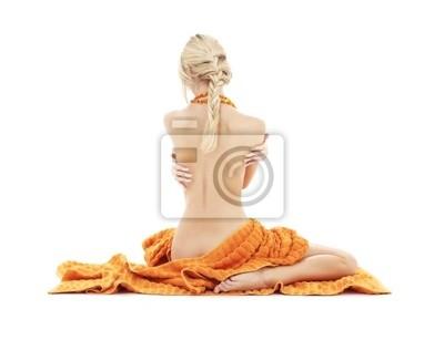 belle dame avec des serviettes oranges sur blanc