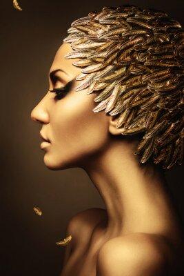 Posters belle femme avec un chapeau de plumes d'or
