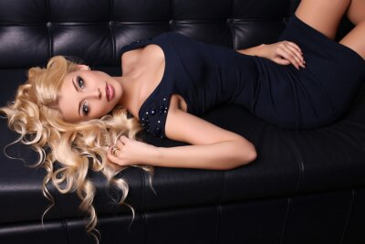 Posters Belle femme charmante avec de longs cheveux blonds porte robe élégante et accessoires