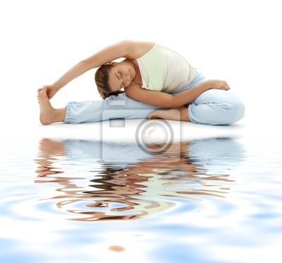 belle fille à pratiquer le yoga ashtanga sur sable blanc