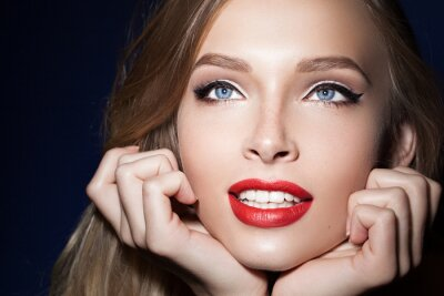 Posters Belle fille aux lèvres rouges avec les mains près du visage