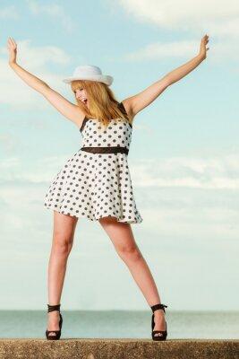 Posters Belle fille de style rétro en polka ponctuée robe.