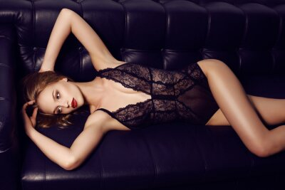 Posters Belle fille sensuelle avec de longs cheveux noirs avec de la lingerie de dentelle de luxe
