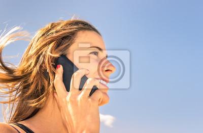 belle fille téléphonant extérieur