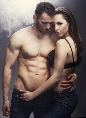 Posters Belle jeune couple souriant dans l'amour embrassant intérieur
