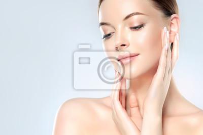 Posters Belle jeune femme avec une peau douce et propre regarde loin. Traitement facial . Cosmétologie, beauté et spa.