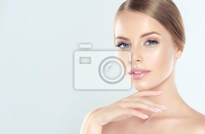 Posters Belle jeune femme avec une peau fraîche et propre. Traitement facial . Cosmétologie, beauté et spa.