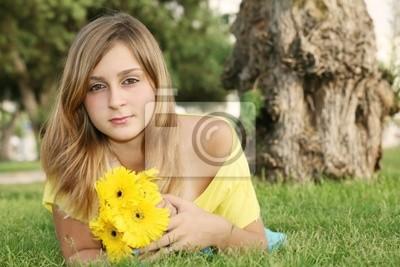Belle jeune fille dans le parc.