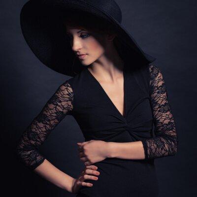 Posters belle jeune fille en robe noire et un chapeau