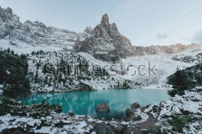 Posters belle vue sur les énormes rochers blancs des Dolomites (Dolomites). Lac de Braies (Lago Di Braies) en été. Le plus grand lac naturel des Dolomites, Tyrol du Sud, Italie, Europe.