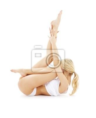 blonde en sous-vêtements blanc ajustement pratiquer le yoga