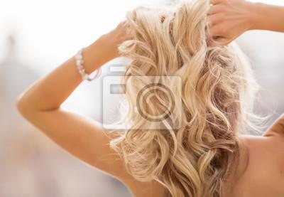Posters Blonde femme tenant ses mains dans les cheveux