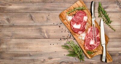Posters Bœuf de viande crue Bifteck aux herbes et aux épices