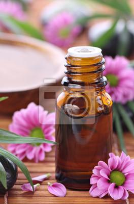 bouteille d'aromathérapie avec des fleurs roses