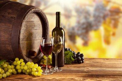 Posters Bouteille de vin rouge et blanc et de verre sur baril wodden