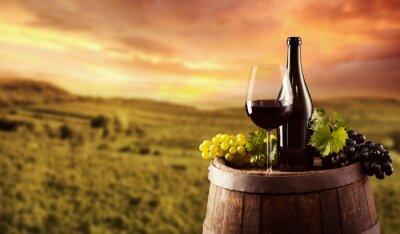 Posters Bouteille de vin rouge et du verre sur baril wodden