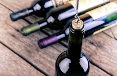 Posters Bouteille de vin sur une table en bois