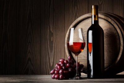 Posters Bouteille noir et verre de vin rouge avec des raisins et le baril