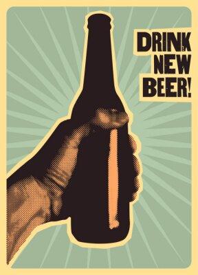 Posters Buvez une nouvelle bière! Affiche de bière style typographique vintage. La main tient une bouteille de bière. Illustration vectorielle rétro.
