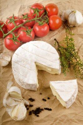Posters Camembert à l'ail, poivre noir, tomate et thym sur marron p