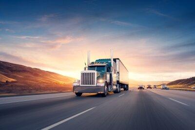 Posters Camion de style américain sur l'autoroute tirant la charge. Transport le