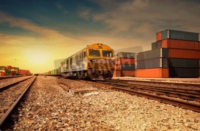 Posters Cargo plate-forme de train au coucher du soleil avec récipient