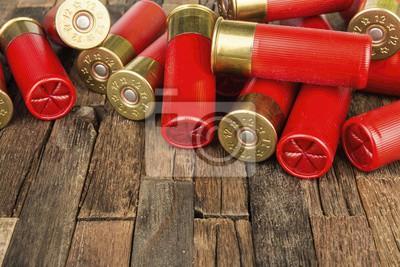 Posters Cartouches de chasse rouge de calibre 12 pour fusil de chasse sur fond de bois. Plan macro.