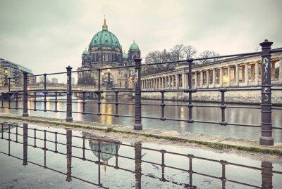 Posters Cathédrale de Berlin (Berliner Dom) et l'île des musées (Museumsinsel) reflète dans la flaque, Berlin, Allemagne, Europe, style filtré vintage
