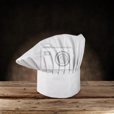 chapeau blanc et sombre mur