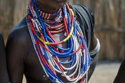 Posters Close up de colliers de Arbore tribu femme
