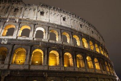 Colisée à Rome la nuit, l'Italie, l'Europe.