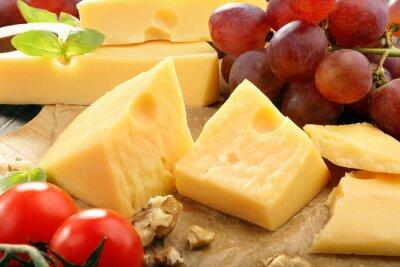 Posters Composition de fromage jaune sur le plateau de fromages