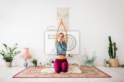 Posters conscience, spiritualité et concept de mode de vie sain - femme méditant au studio de yoga