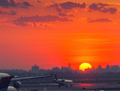Posters Coucher de soleil à l'aéroport avec des avions prêts à décoller