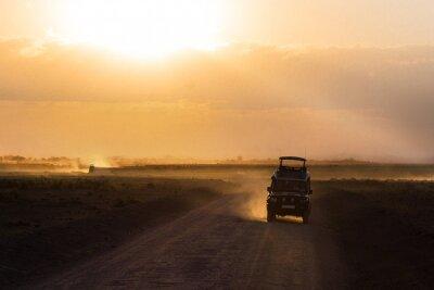 Posters Coucher de soleil dans la savane africaine, les silhouettes de safari voiture et les animaux, Afrique, Kenya, Parc national d'Amboseli