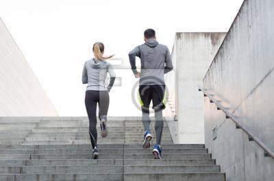 Couple, courant, haut, ville, escalier