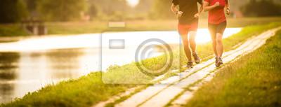 Posters Couple courir en plein air, au coucher du soleil, au bord d'une rivière, rester actif et en forme