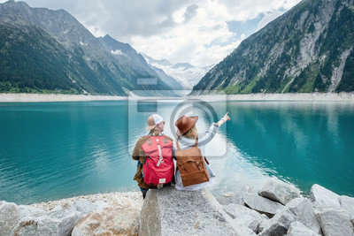Posters Couple de voyageurs regarde le lac de montagne. Voyage et concept de vie active avec l'équipe. Aventure et voyages dans les montagnes d'Autriche. Voyage - image