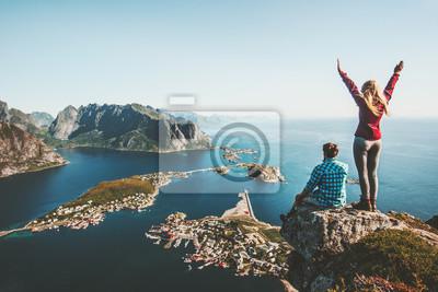 Posters Couple, famille, voyager ensemble, sur, falaise, bord, dans, norvège, homme, et, femme, style de vie, concept, vacances été, vue aérienne, extérieur, Lofoten, îles, Reinebringen, sommet montagne