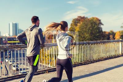 Couple heureux en plein air