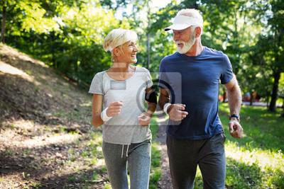 Posters Couple senior jogging et courir en plein air en ville