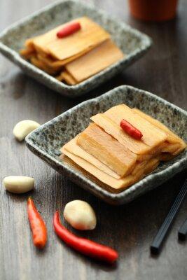 Posters Cuisine chinoise servie dans une assiette de sauce
