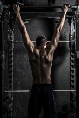 Posters Culturisme, jeune homme fort Athletic montrant les muscles du dos travaillent sur Bar remise en forme, fort contraste avec filtre Déssaturé Grunge