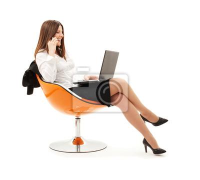 d'affaires dans le fauteuil avec un ordinateur portable et téléphone