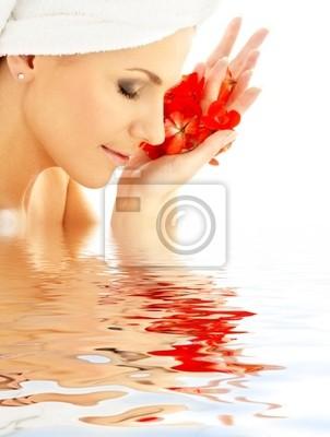 dame avec des pétales rouges dans l'eau