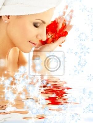 dame avec des pétales rouges et flocons de neige dans l'eau
