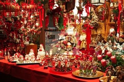 Décorations de Noël à un marché de Noël.