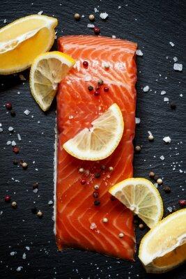 Posters Délicieux filets de saumon au citron, le sel de mer et poivre sur un da