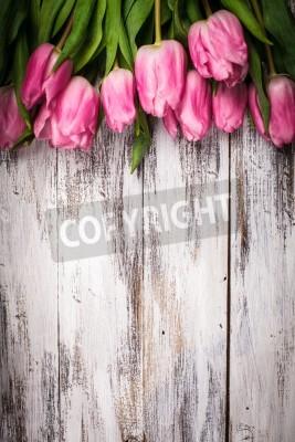 Posters Des tulipes roses plus minable table en bois blanc