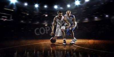 Posters Deux joueurs de basket-ball de l'action dans une salle de sport dans les feux
